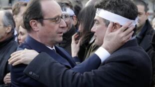 François Hollande réconfortant les membres de la rédaction de «Charlie Hebdo», le 11 janvier 2015, avant la manifestation républicaine.