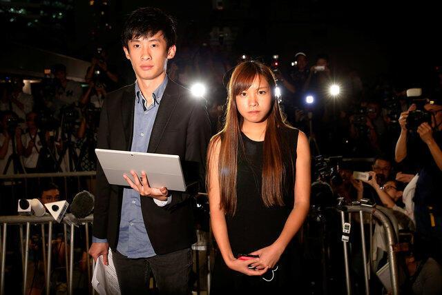 香港青年新政两名新当选议员梁颂恒(左)和游蕙祯声言上诉到底,争回议席。摄于2016年11月15日
