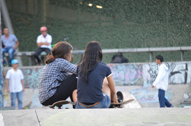 Deux adolescentes colombiennes dans un skate parc dans le quartier de Laureles, à Medellin, en Colombie.