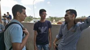 Au poste-frontière de Rafah, des Gazaouis attendent de pouvoir se rendre en Egypte, un poste-frontière ouvert exceptionnellement pendant la période du ramadan..