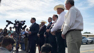 Les autorités lors d'une conférence de presse à Sutherland Springs, au Texas, le 6 novembre 2017, le lendemain de la tuerie dans une église baptiste qui a fait 26 morts et 20 blessés.