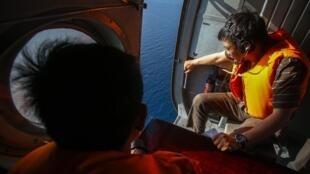 Equipes de busca decidiram ampliar a área de busca pelo avião desaparecido em pleno voo.