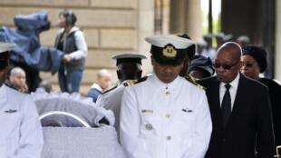 Rais wa Afrika Kusini, Jacob Zuma akipita katika jeneza lilihifadhiwa mwili wa Nelson Mandela