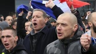 Ativistas contra imigrantes manifestam em Calais, na França.