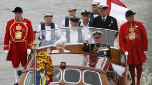 A rainha Elisabeth II e seu marido o príncipe Philippe seguem para a na embarcação « Spirit of Chartwell ».