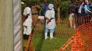 Maafisa wa WHO wakizungumza na maafisa wa afya katika hospitali ya  Bwera karibu na mpaka wa Uganda na DRC, Juni 12, 2019.