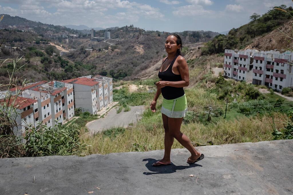 Roxana vivait dans un bidonville à la périphérie de Caracas. Elle a dû quitter son logement car les bâtiments de Misión Vivienda étaient dans un état déplorable, certains glissaient lentement vers le bas de la colline, d'autres se sont effondrés.