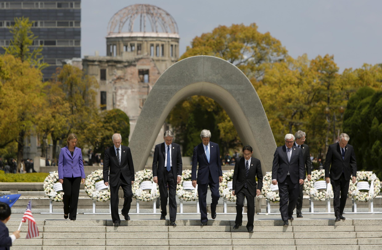 Le chef de la diplomatie américaine John Kerry (au centre) entouré de ses homologues du G7, le 11 avril 2016, devant le cénotaphe érigé à la mémoire des victimes du bombardement d'Hiroshima.
