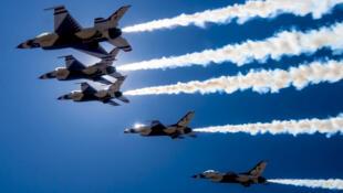 """ការបង្ហាញកម្លាំង """"Thunderbirds"""" របស់កងទ័ពអាកាសអាមេរិក នៅពីលើក្រុង ឡាសវ៉េហ្កាស  ថ្ងៃទី១១ មេសា ២០២០"""
