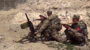 Una imagen de un vídeo publicado por el Ministerio de Defensa de Azerbaiyán el 28 de septiembre de 2020 muestra supuestamente a tropas azeríes durante enfrentamientos entre los separatistas armenios y Azerbaiyán en la región de Nagorno-Karabaj