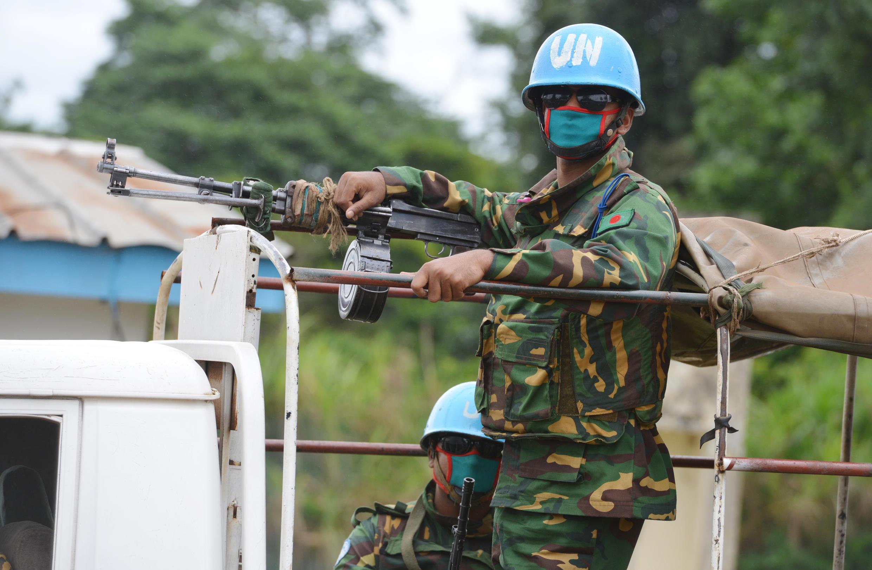 Des soldats de l'ONUCI patrouillent avec des masques à Kandopleu, en Côte d'Ivoire, le 14 août 2014, pendant l'épidémie d'Ebola.