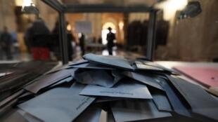 Urne électorale à Marseille, le 23 mars 2014.