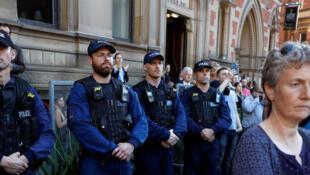 Manchester, le 23 mai 2017. Des policiers prennent aussi part à l'hommage rendu aux victimes de l'attentat du 22 mai.
