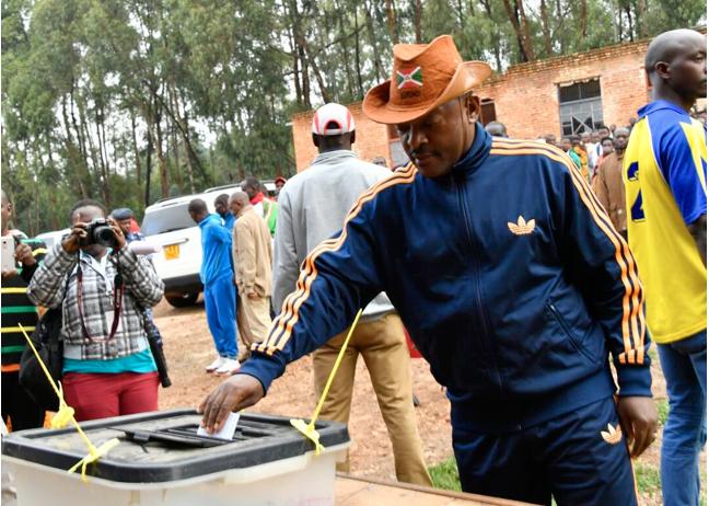 Shugaban Burundi Pierre Nkurunziza yayin kada kuri'a a zaben raba gardama na yi wa kundin tsarin mulkin kasar kwaskwarima. 17 ga watan Mayu, 2018.