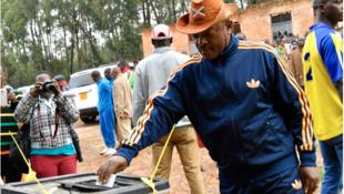 Shugaba Pierre Nkurunziza na Burundi na kada kuri'arsa a zaben kasar da ke gudana