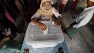 La población birmana vota por primera en dos décadas.