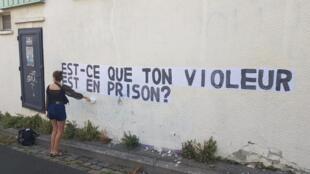 """""""Seu estuprador esta na prisão?"""", pergunta a interferência urbana do coletivo feminista Colleuses (""""coladoras""""), nas ruas de Paris."""