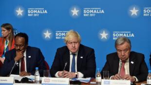 Rais wa Somalia Mohamed Abdulahi (kushoto wa kwanza), waziri wa mambo ya nje wa Uingereza Boris Johson (katikati) na katibu mkuu wa UN Anthonio Guterres. 11MAY2017