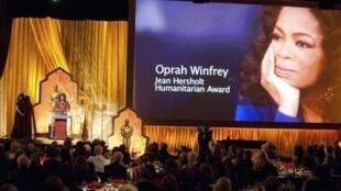 """Опра Уинфри выступает на церемонии получения почетного """"Оскара"""" в Голливуде 12 ноября 2011 года"""