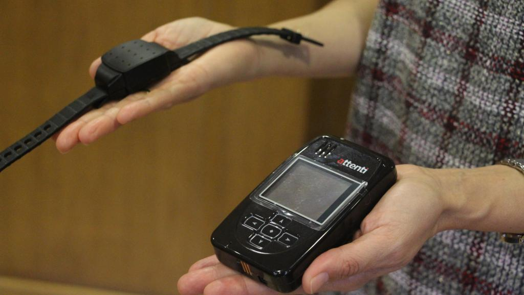 El dispositivo de la pulsera electrónica : la parte que lleva el hombre generalmente al tobillo y la parte que llevan al mismo tiempo el agresor y la víctima.