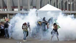 Protestos em frente do estádio M. Garrincha em Brasília, 15 de junho de 2013