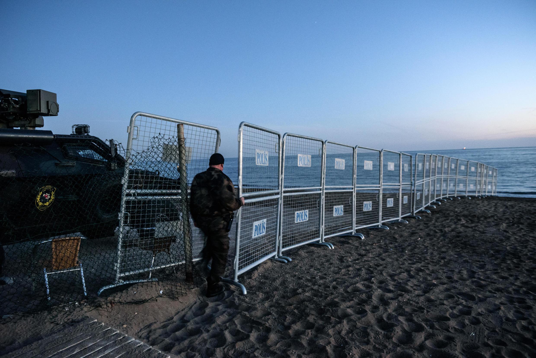 Một binh sĩ Thổ Nhĩ Kỳ tuần tra tại bãi biển Antalya.