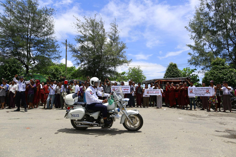 Biểu tình phản đối phái viên đặc biệt Liên hiệp quốc Tomas Ojea Quintana, ở Sittwe, ngày  13,/08/ 2013.