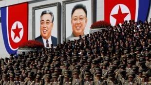 朝鮮金日成和金正日畫像前觀看閱兵的朝鮮官員