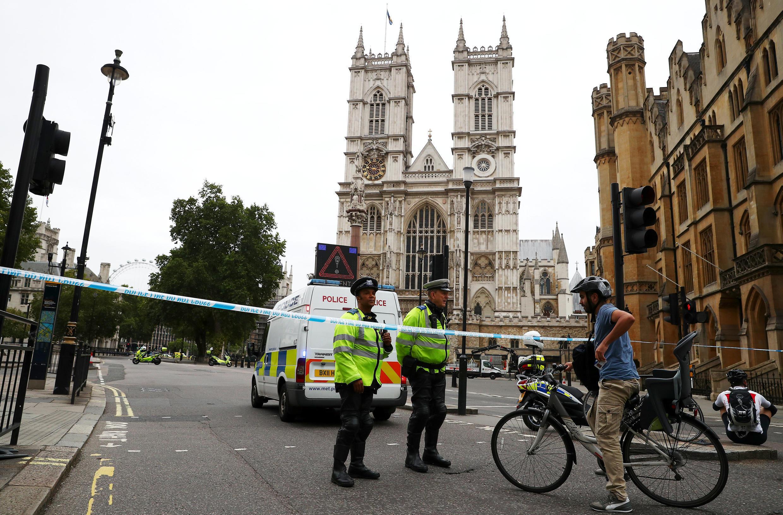 Утром вовторник, 14 августа, автомобиль врезался вограждение уздание парламента вЛондоне.