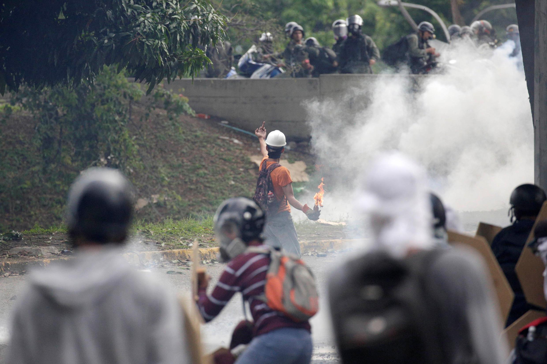 Um jovem de 18 anos morreu na quarta-feira (3) em violentos confrontos entre as forças de segurança e manifestantes que protestaram em Caracas.