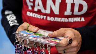 Un employé du Mondial montre des Fan ID à un centre de distribution de Moscou, le 7 décembre 2017.