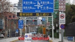 Một trong những con đường bị chặn tại Vũ Hán, Hồ Bắc, Trung Quốc sau khi dịch virus corona lan tràn. Ảnh chụp ngày 07/02/2020.