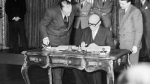 Robert Schuman firma los documentos que oficializan la puesta en común de los recursos mineros y siderúrgicos de Francia, Alemania, Italia, Bélgica, Holanda y Luxemburgo, el 18 de abril de 1951 en París