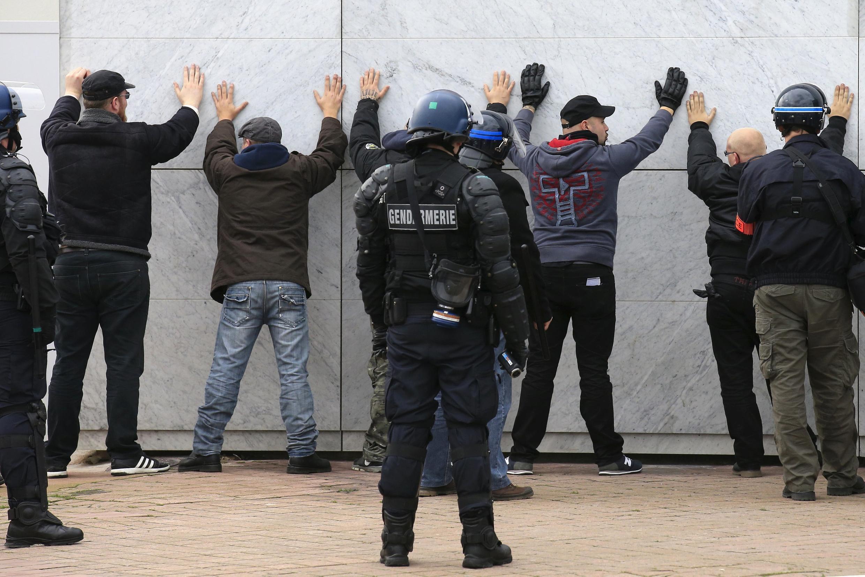 Задержанные на митинге по призыву ультпраправого движения Pegida в Кале, 6 февраля 2016 г.