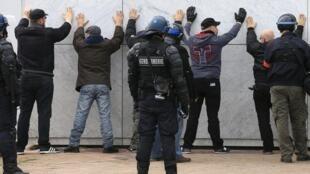 Cảnh sát câu lưu một số người tham gia biểu tình chống người nhập cư tại Calais, Pháp, theo kêu gọi của Pegida, ngày 06/02/2016.