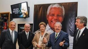 Presidente Dilma Rousseff e os ex-presidentes José Sarney, Luiz Inácio Lula da Silva, Fernando Henrique Cardoso e Fernando Collor de Mello, durante cerimônia em homenagem ao ex-presidente Nelson Mandela.