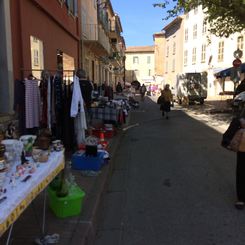 Rua do centro de Le Luc é fechada para uma feira de artesanato e antiguidades às quartas-feiras.