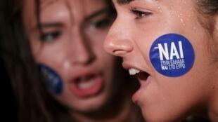 """Defensoras do """"sim"""" no referendo (""""nai"""" em grego) participam de manifestação em Atenas."""