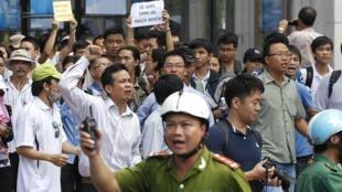 Manifestantes protestam contra a presença de chineses em Ho Chi Minh.