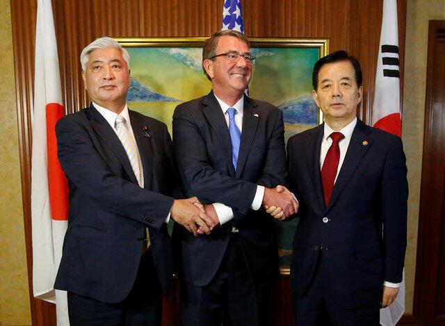 Bộ trưởng Quốc Phòng Mỹ Carter (giữa) chụp ảnh chung với hai đồng nhiệm Hàn Quốc và Nhật Bản, ông Han Minkoo (trái) và ông Gen Nakatani, tại Đối thoại Shangri-la, Singapore, 04/06/2016.