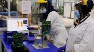 Des employés travaillent sur un respirateur marocain dans une usine de Casablanca, le 10 avril 2020.