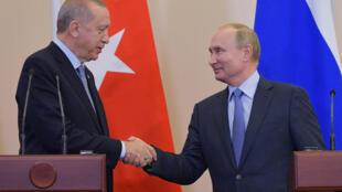 Tổng thống Nga, Vladimir Putin (P) và đồng nhiệm Thổ Nhĩ Kỳ, Tayyip Erdogan, tại buổi họp báo, Sotchi, Nga ngày 22/10/2019.