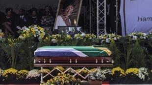 Le cercueil de Winnie Madikizela-Mandela est exposé devant la scène du stade d'Orlando pour l'hommage à Soweto, en Afrique du Sud, le 14 avril 2018.