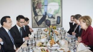 Café da manhã entre o primeiro-ministro chinês, Li Keqiang (esq) e a chanceler alemã, Angela Merkel.