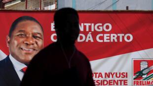 Une affiche de campagne du leader du Frelimo et président sortant Filipe Nyusi, à Maputo, le 11 octobre 2019.