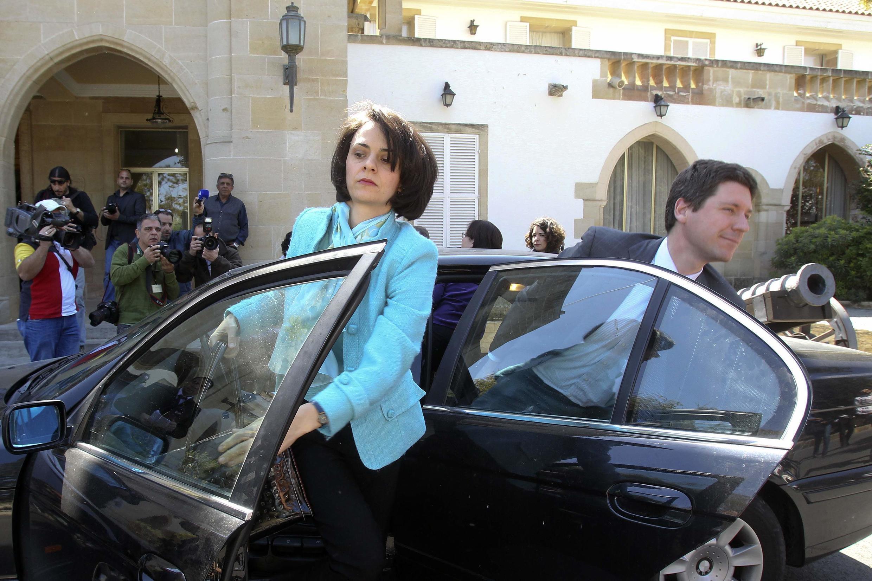 Delia Velculescu, chef de la mission du FMI, et Maarten Verwey, représentant de la Commission européenne, juste avant leur rencontre avec le président chypriote, ce 20 mars à Nicosie.