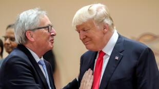 Le président américain Donal Trump, échange avec le président de la Comission Européenne Jean-Claude Juncker, avant la session de travail au sommet du G-20 à Hambourg, en Allemagne, le 8 juillet 2017.