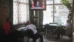Turcos acompanham pela televisão em um bar de Istambul o discurso do primeiro-ministro nesta segunda-feira, 30 de setembro de 2013.