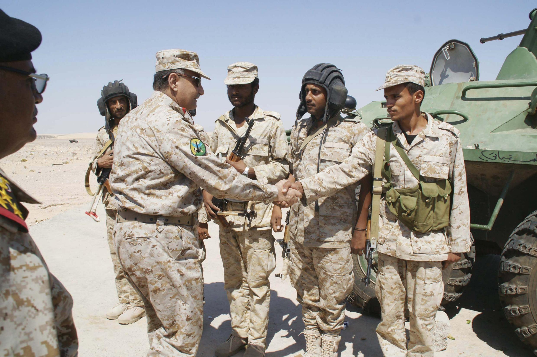 Militares iemitas na província de Chabwa receberam a visita do ministro da Defesa do país, o general Muhamma Nasisr Ahmad (esquerda).