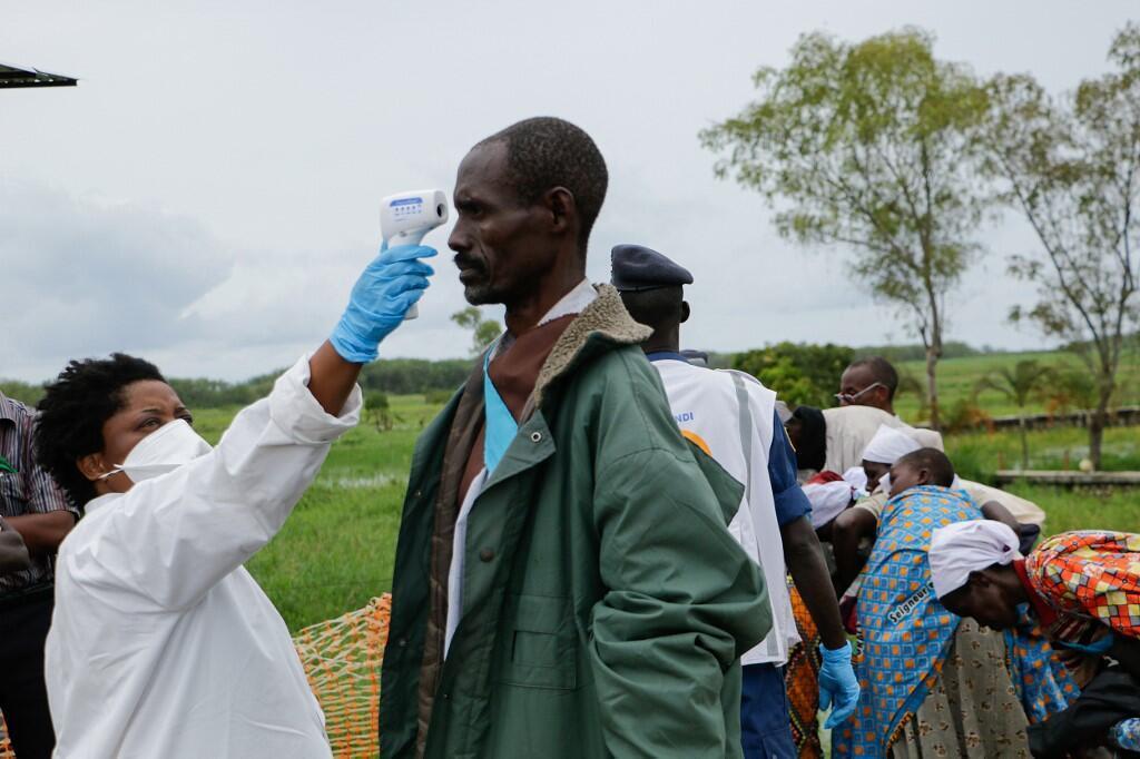 Nensi akipima joto la mwili wa mkaazi wa Gatumba, eneo la mpaka kati ya Burundi na DRC, Marchi 18 2020.